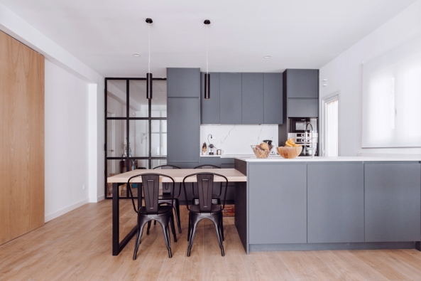 cocina-gris-abierta-al-salon-Iker-Lopez-Consuegra-Arquitectura-01